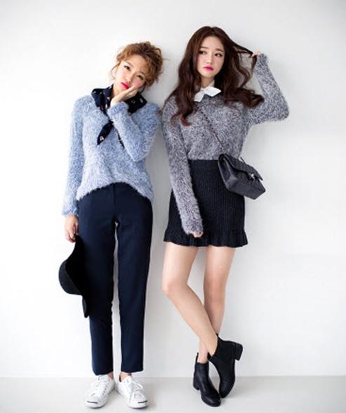Áo len lông xù có thể mix cùng chân váy đuôi cá hay quần baggy đều có thể biến bạn thành cô nàng fashionista đích thực