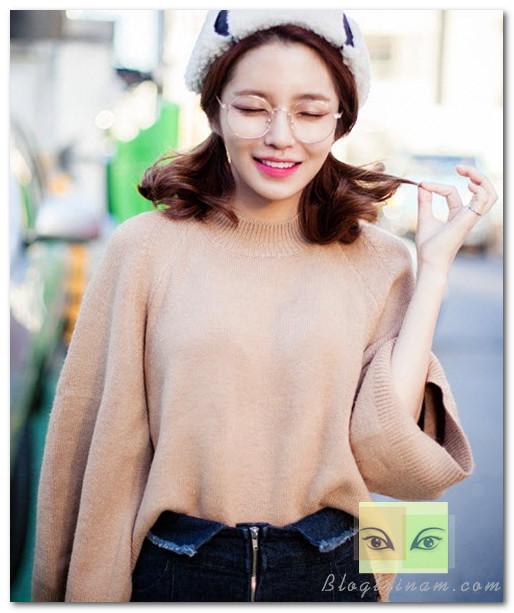 Áo len màu nâu, xám oversize ấm áp kết hợp cùng chân váy ôm là cách để hình thể nhỏ nhắn không phải là vấn đề quá đau đầu của bạn  .