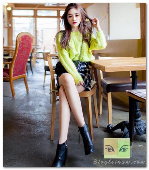 Một chiếc áo len oversize kiểu dáng đơn giản và màu sắc bắt mắt đủ tạo ra hình ảnh cô nàng cá tính và cuốn hút