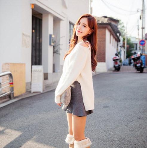 Áo len hở vai và quần jeans skinny là cách giữ bạn ấm áp mà vẫn gợi cảm